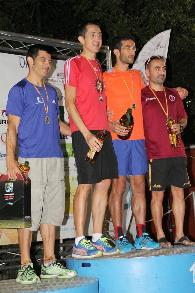 Iván Berbegal (Segundo por la izquierda) en lo alto del podium para recibir el trofeo