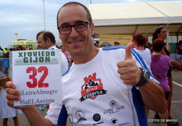 Ángel Granizo con el dorsal 32 en homenaje a Fernando Leira que sufre una esclerosis lateral amiotrófica que le impide correr