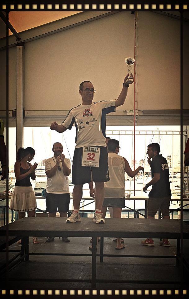 Ángel Granizo recibiendo su trofeo como primer clasificado
