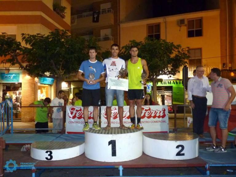 Jorge Mañez recibiendo el trofeo como primer corredor local