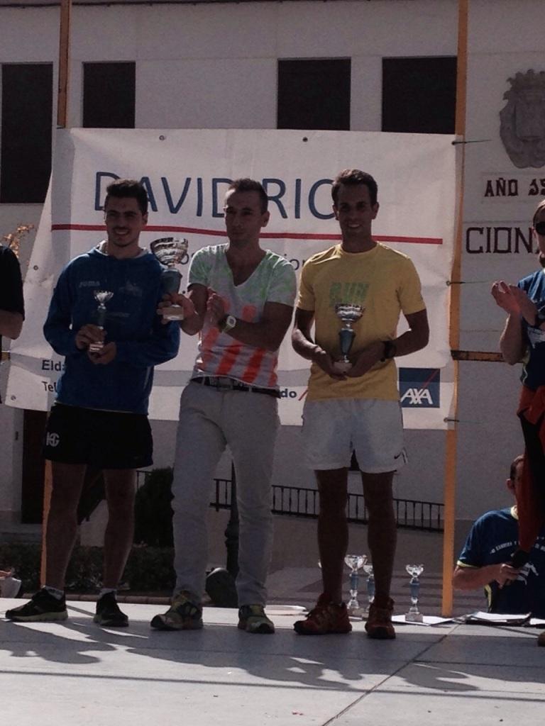 David Francés recibiendo el trofeo de segundo clasificado