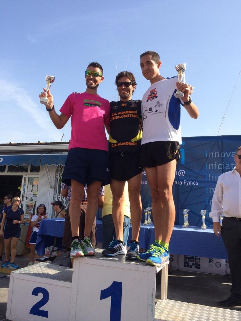 Iván Berbegal en el podium recibiendo el trofeo de tercer clasificado