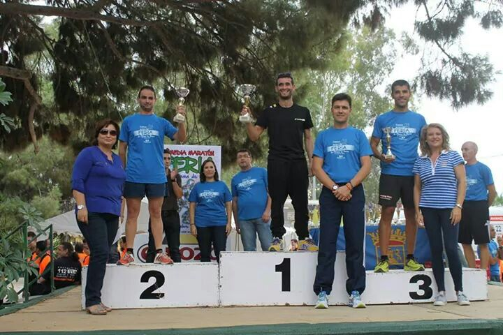 Jorge Máñez recibiendo el trofeo de tercer clasificado de la categoría senior