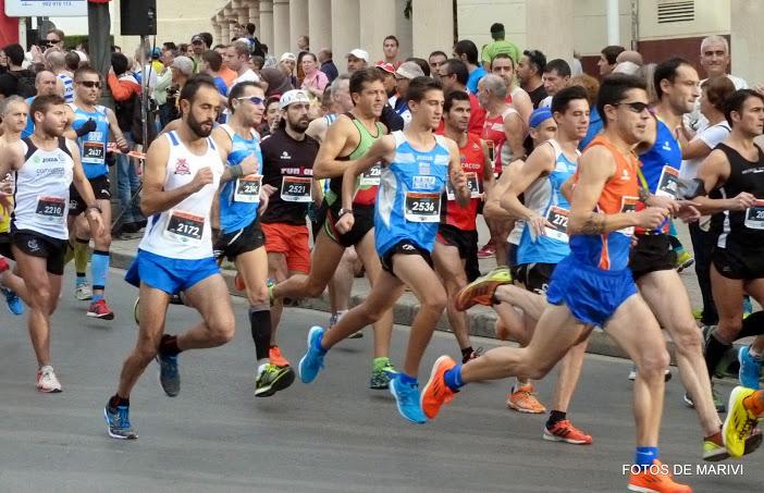 Iván Samper progresando en carrera desde atrás por el lado exterior izquierdo