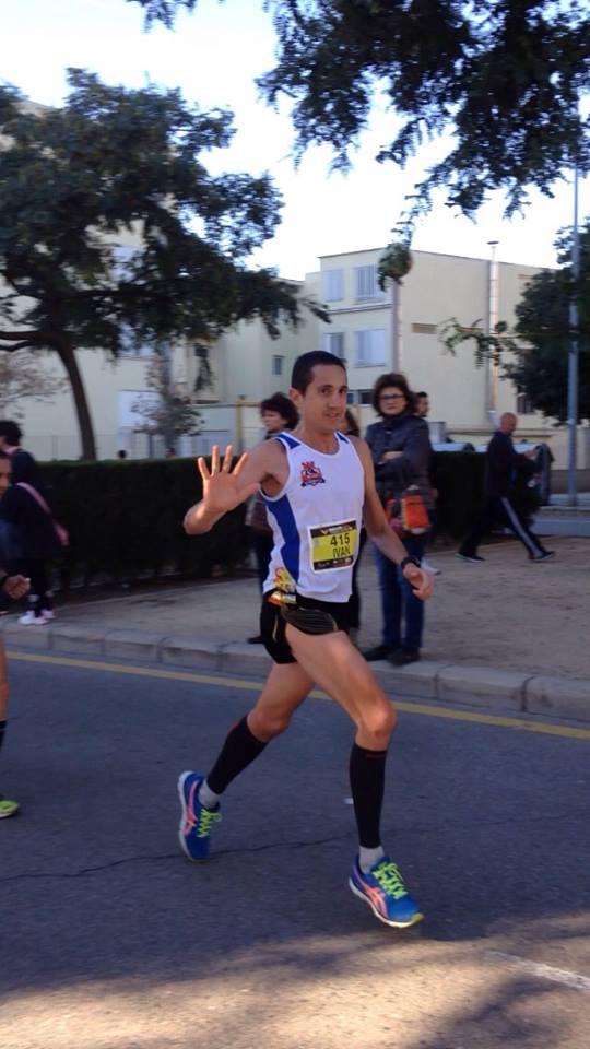 Iván Berbegal saludando en el curso del maratón