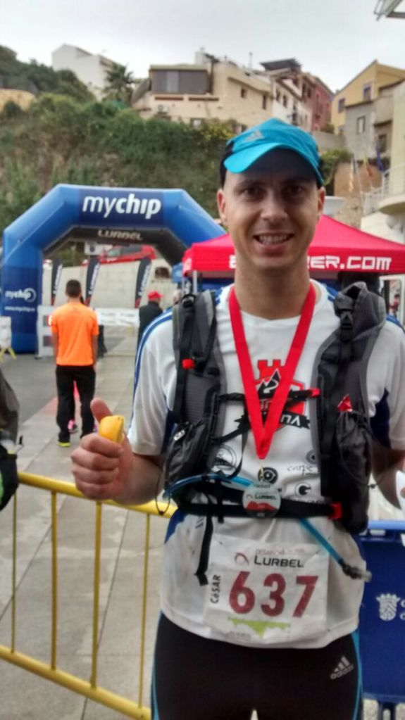 César con su medalla de finisher