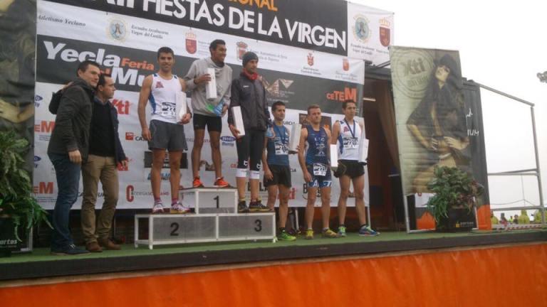 Jorge ocupando la segunda posición en el pódium, acompañado de Iván como sexto clasificado en la entrega de trofeos