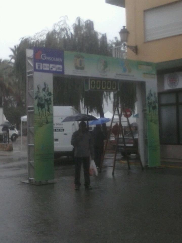 Ángel Sánchez bajo el paraguas antes de iniciarse la prueba donde la lluvia fue la protagonista
