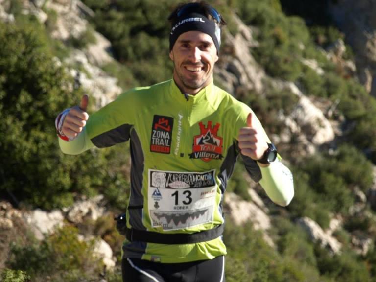 Rober Martínez saludando en carrera
