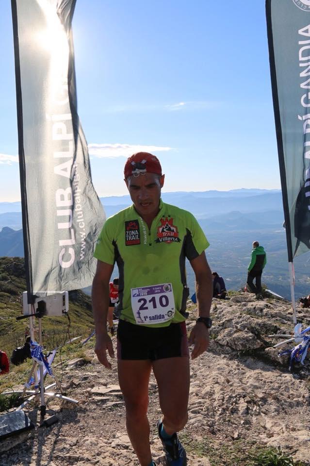 Juan José Malpica, tras cruzar la línea de meta en la cima del Mondúver
