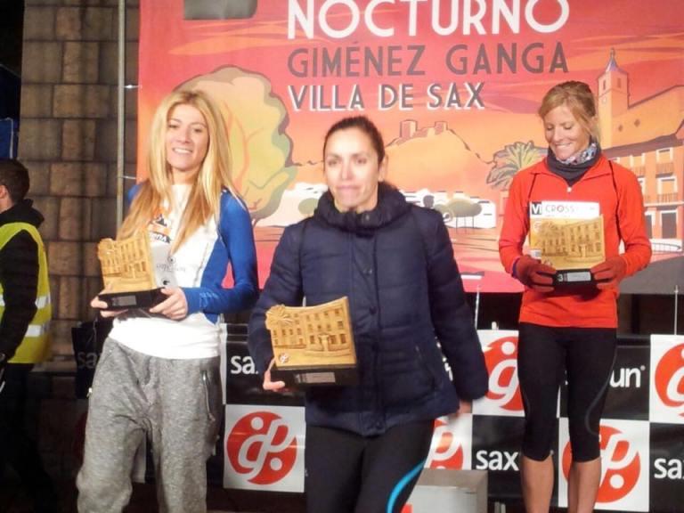 Irene Gil recibiendo el trofeo de segunda clasificada