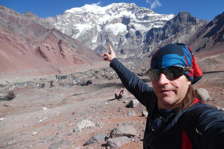 Rai con la cima del Aconcagua marcada como objetivo
