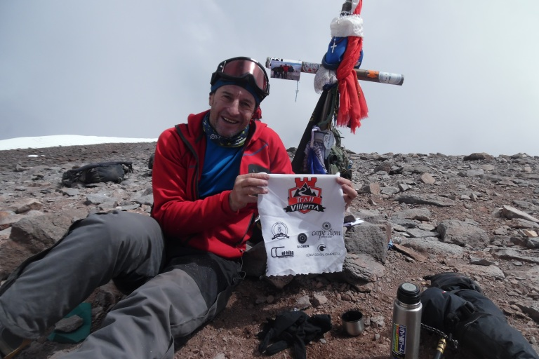 Rai en la cima del Aconcagua con el escudo de Trail Villena, muchas gracias por llevar al equipo en tu corazón hasta lo más alto