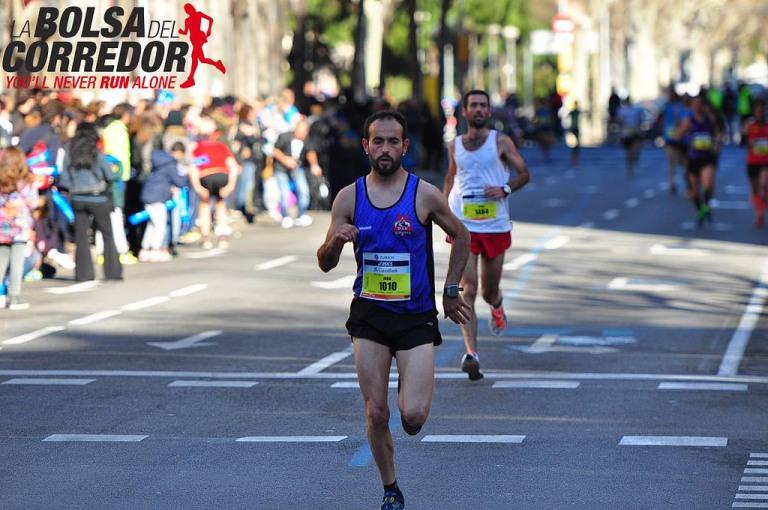 Iván Samper corriendo por las calles de Barcelona