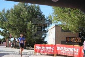 Jorge Máñez entrando en meta y parando el crono en 1:23:06