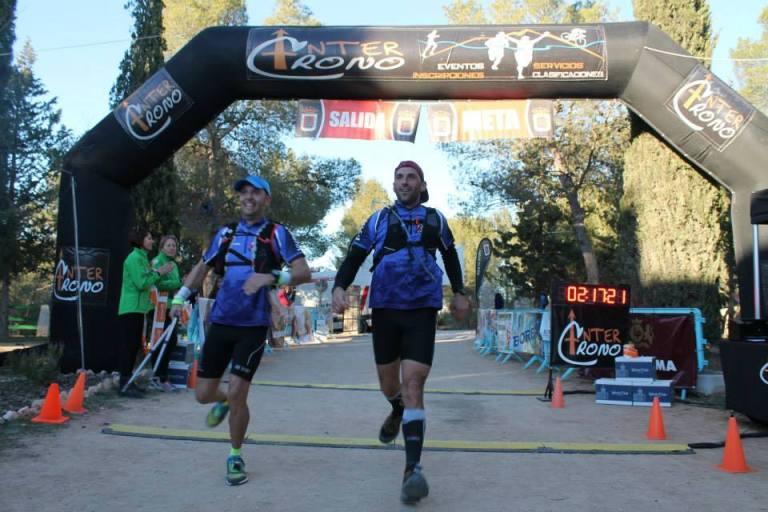 Vicente Úbeda, a la izquierda de la imagen entrando en meta junto a Raúl Domene