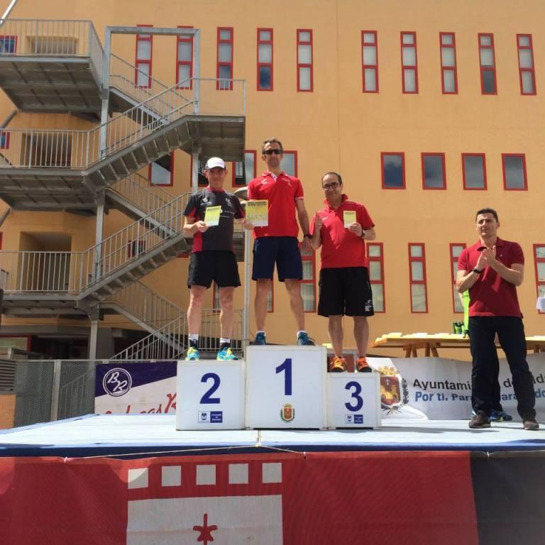Ángel Granizo recogiendo el trofeo de tercer clasificado de su categoría en los 14 km