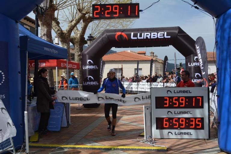 David Francés cruzando la línea de meta como vencedor de la carrera