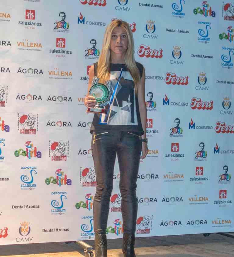 Irene Gil con el trofeo de mejor deportista femenina