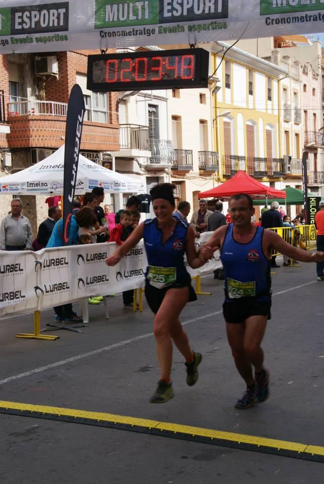 María del Mar y Vicente entrando junto en meta en la prueba de 14 km