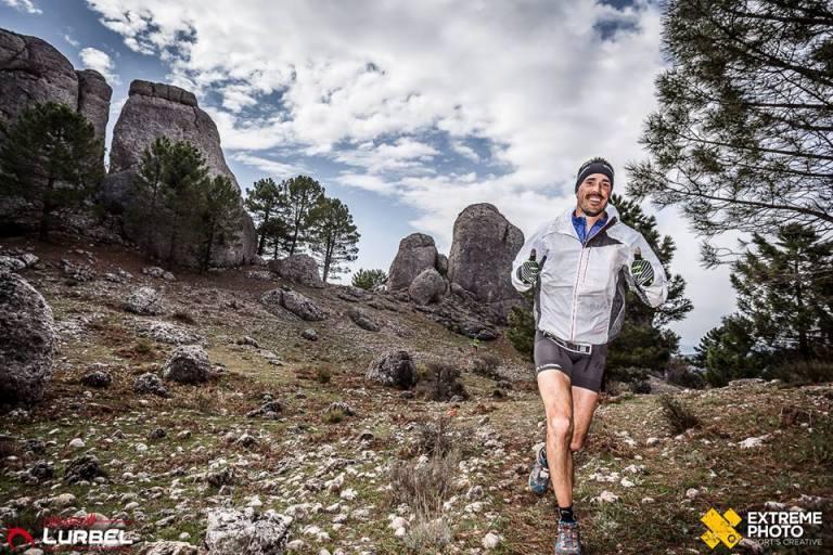 """Rober Martínez, en el descenso de La Sarga, tras pasar el bello paraje de """"Los Picarachos""""."""