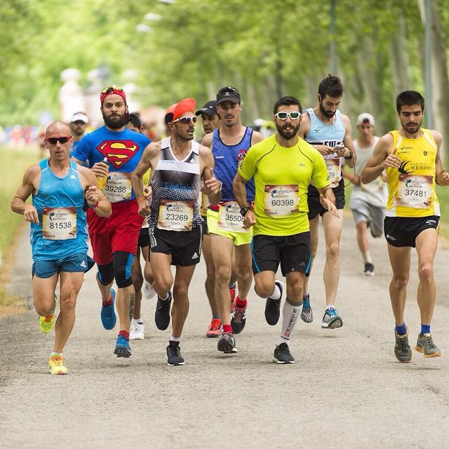 Rober Martínez compartiendo kilómetros junto a Chema Martínez (En la foto con gorra roja y dorsal 23269)