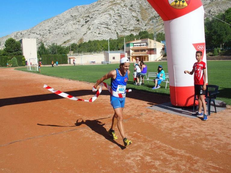David Francés cruzando la línea de meta