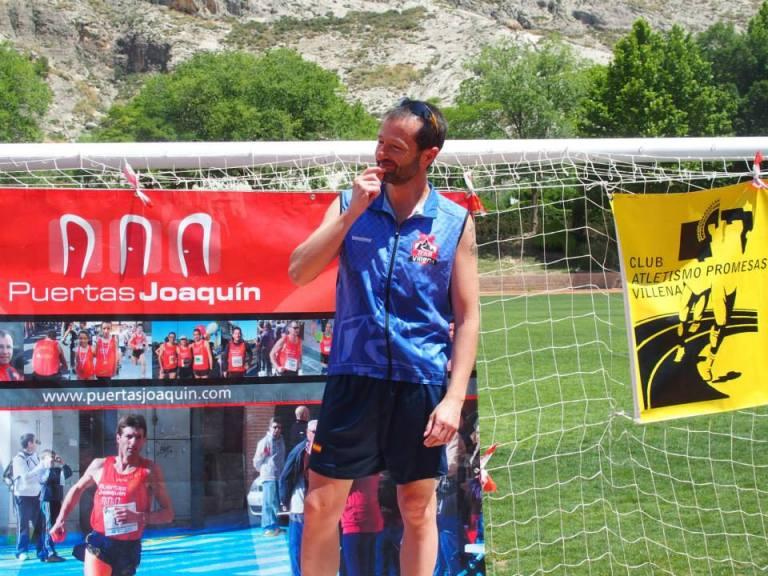 Juan Carlos Ruiz recogiendo el premio por haber llevado la mochila hasta meta