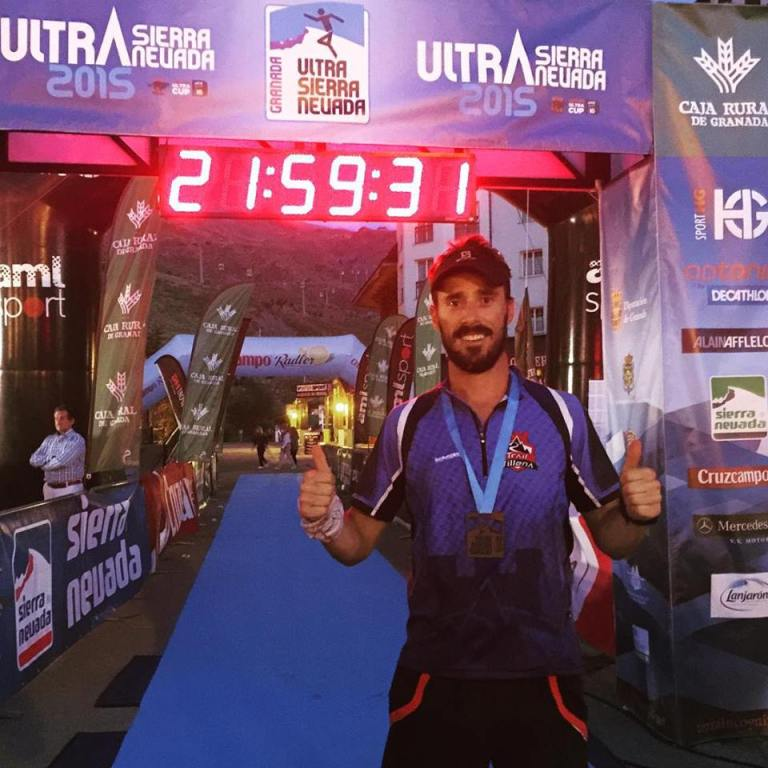 Rober Martínez tras cruzar la línea de meta y recoger su medalla de finisher