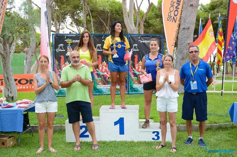 M.ª Ángeles Gabaldón recogiendo el trofeo de tercera clasificada senior femenina