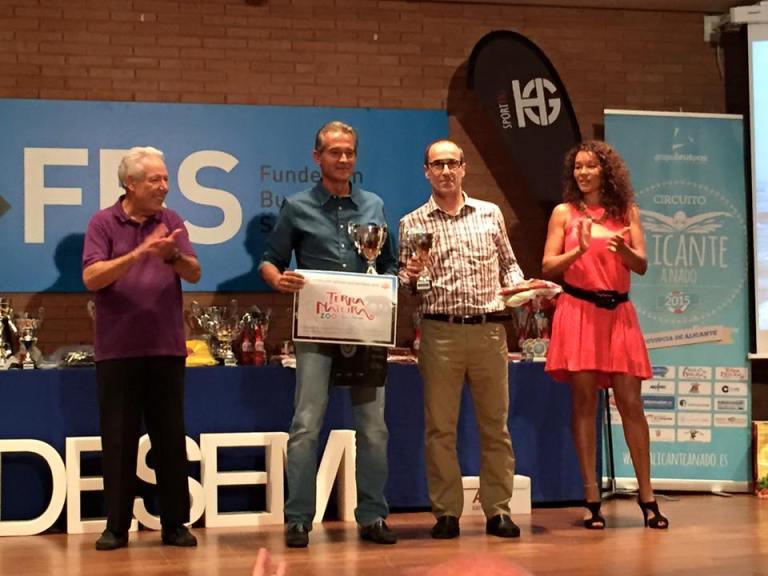 Ángel Granizo recogiendo el trofeo de segundo clasificado