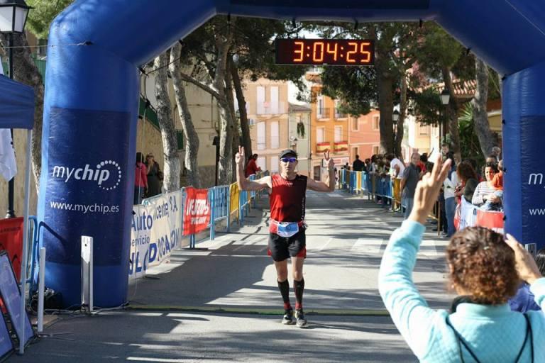 Emilio Alcaraz cruzando la línea de meta