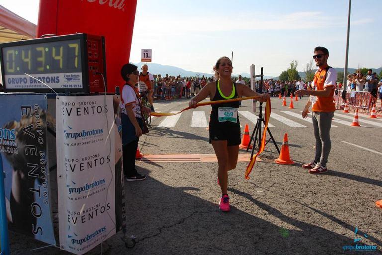 Noelia Soriano cruzando la línea de meta como vencedora de la carrera