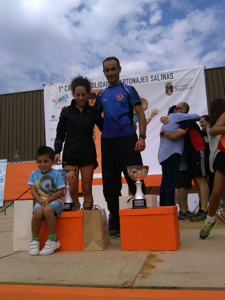 Noelia e Iván compartiendo el pódium tras recoger sus trofeos