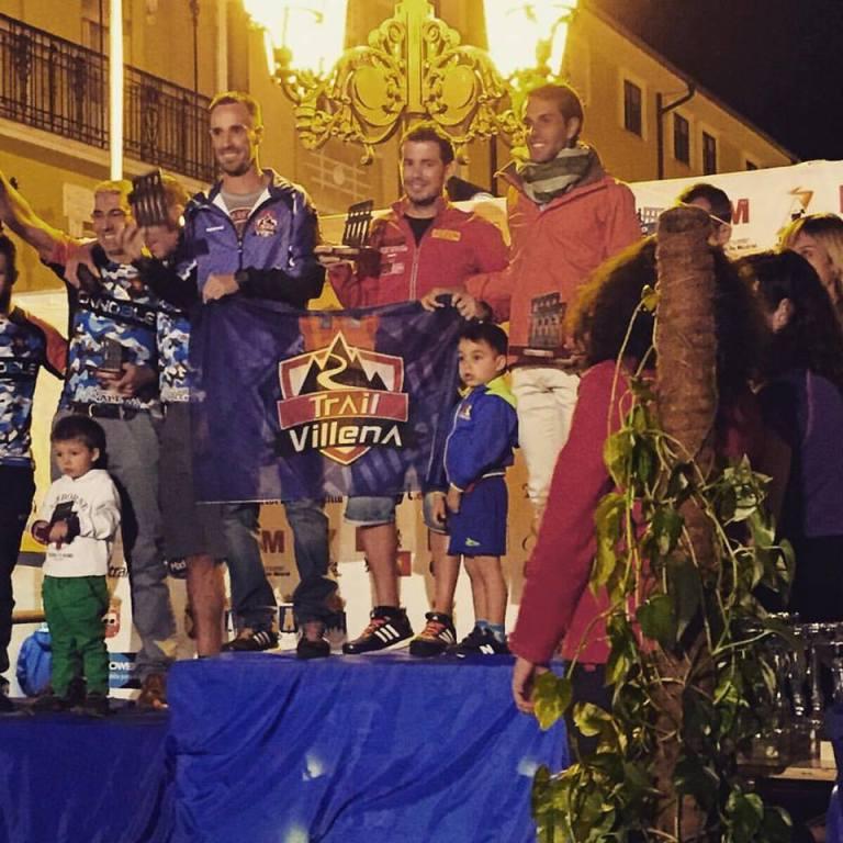 Rober, Tony y David en lo más alto del podio recogiendo el trofeo de primeros clasificados en equipos de tres