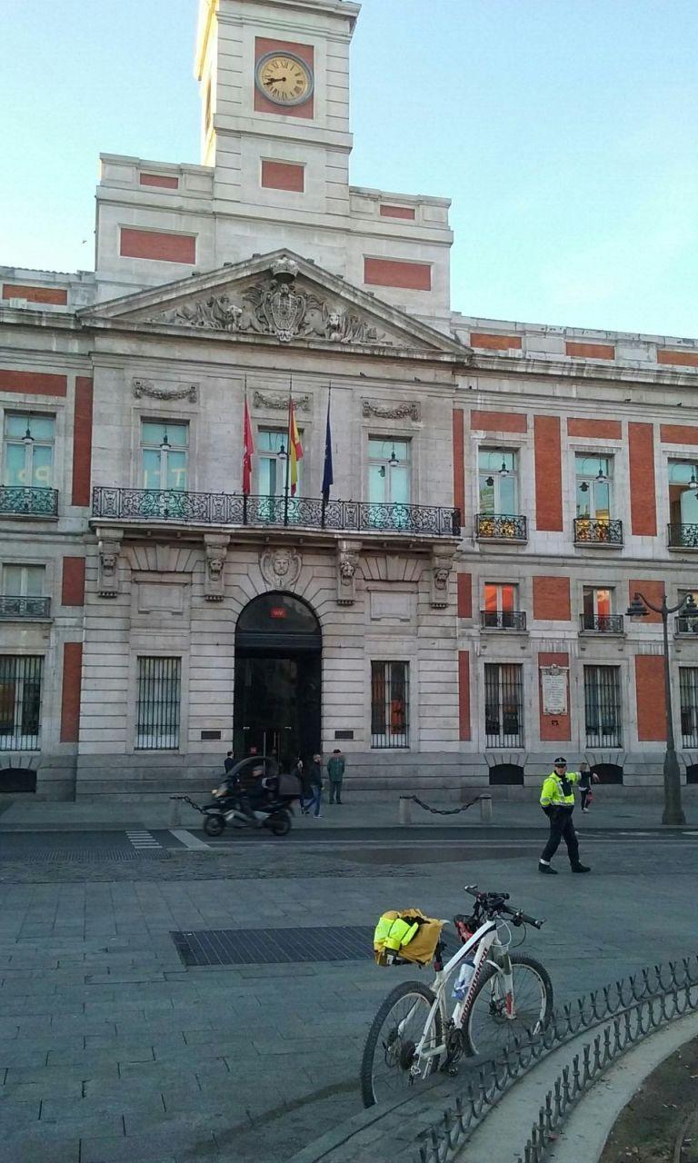 La bicicleta de Raimundo en la Puerta del Sol en Madrid justo a punto de comenzar el reto