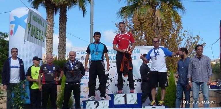 Ángel Granizo recogiendo el trofeo de tercer clasificado