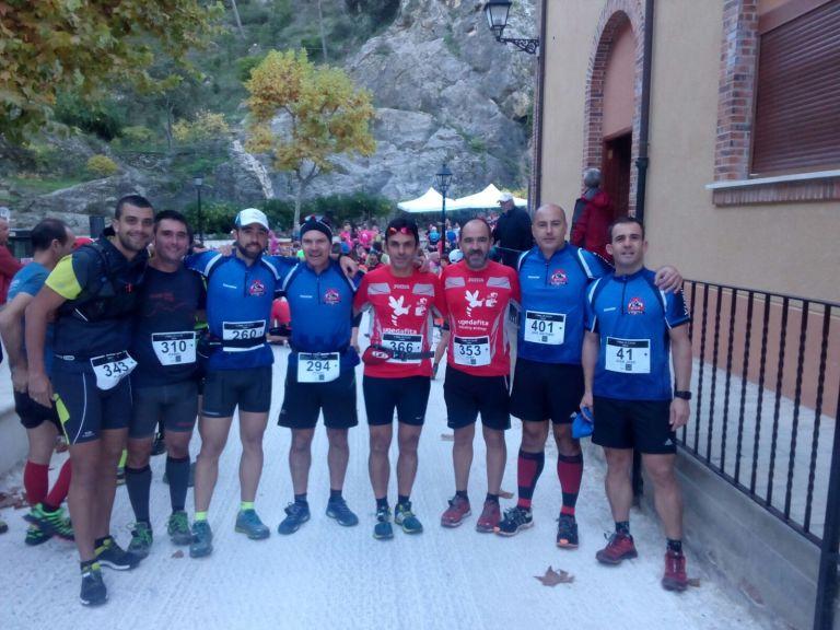 Componentes de Trail Villena con amigos del Club Atletismo Promesas Villena, antes de darse la salida