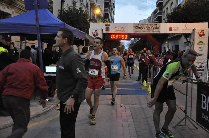 José Ortega de azul en la foto tras cruzar la línea de meta