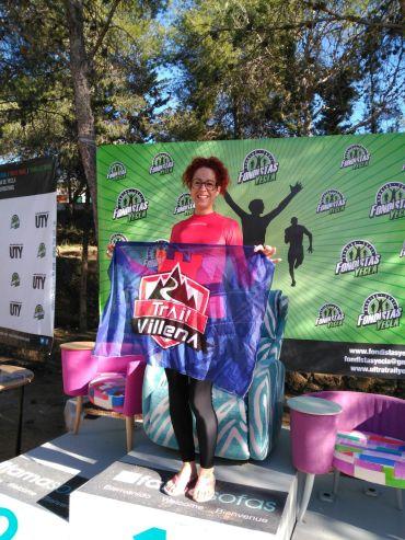 Eva en el podium con la bandera del Club