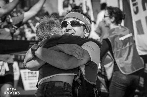 Luis Cerdá abrazando a su hijo en la línea de meta