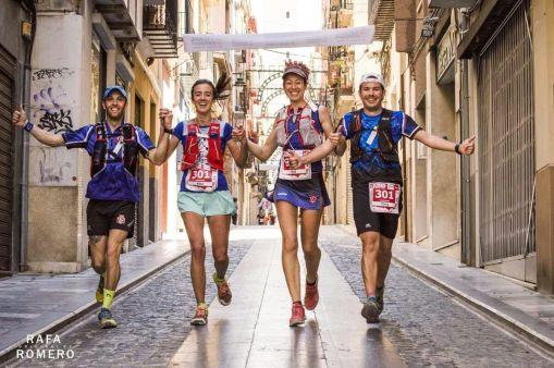Vicen, Alba, Eva y Tony (Izda. a Dcha.) por las calles de Alcoy
