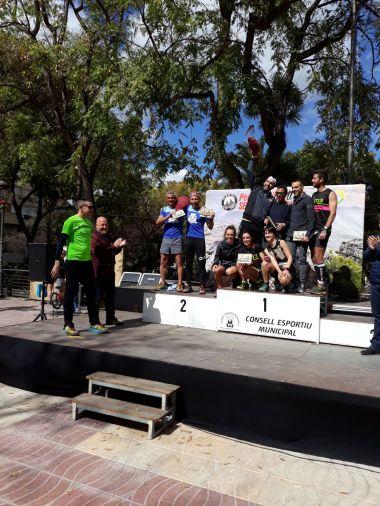 Miembros del equipo recogiendo el segundo premio en la clasificación por equipos