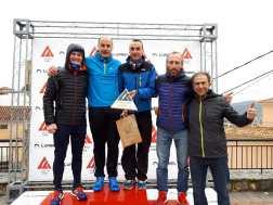 Trail Villena recogiendo el premio como vencedores en la clasificación por equipos en la prueba de Trail 48K