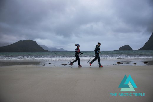 Adrián cruzando una de las playas blancas de la travesía