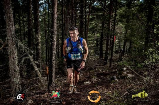 Toni Ruescas atravesando una zona de bosque