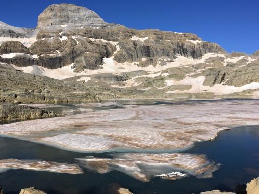 Lago Marboré con el cilindro al fondo de la imagen