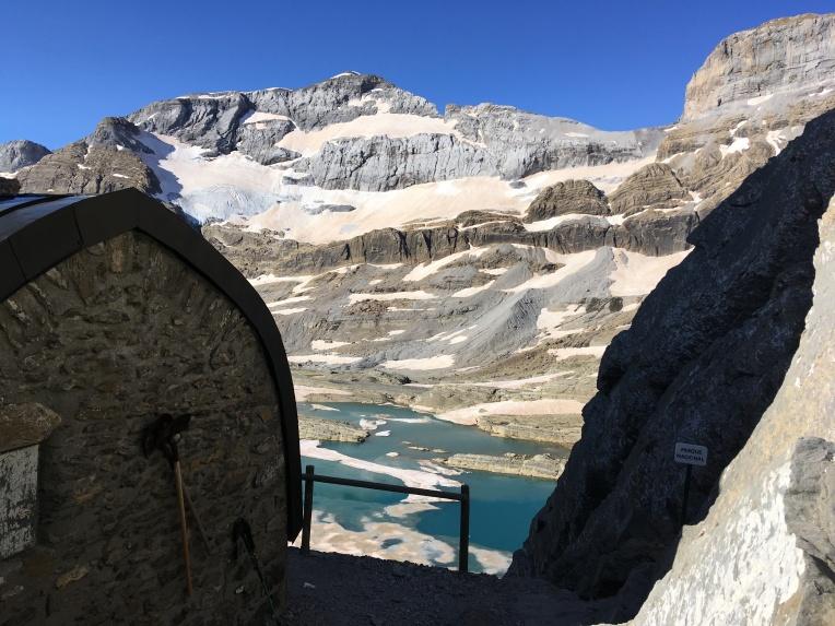 Refugio Tucarroya con vistas al glaciar de Monte Perdido