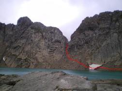 Marca que indica el camino de la subida hasta el Refugio de Tucarroya situado en la brecha