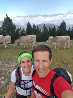 Lluna y Sebastían rodeados de vacas
